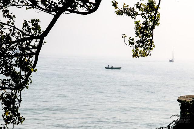 kleines Boot auf dem nebligen Bodensee