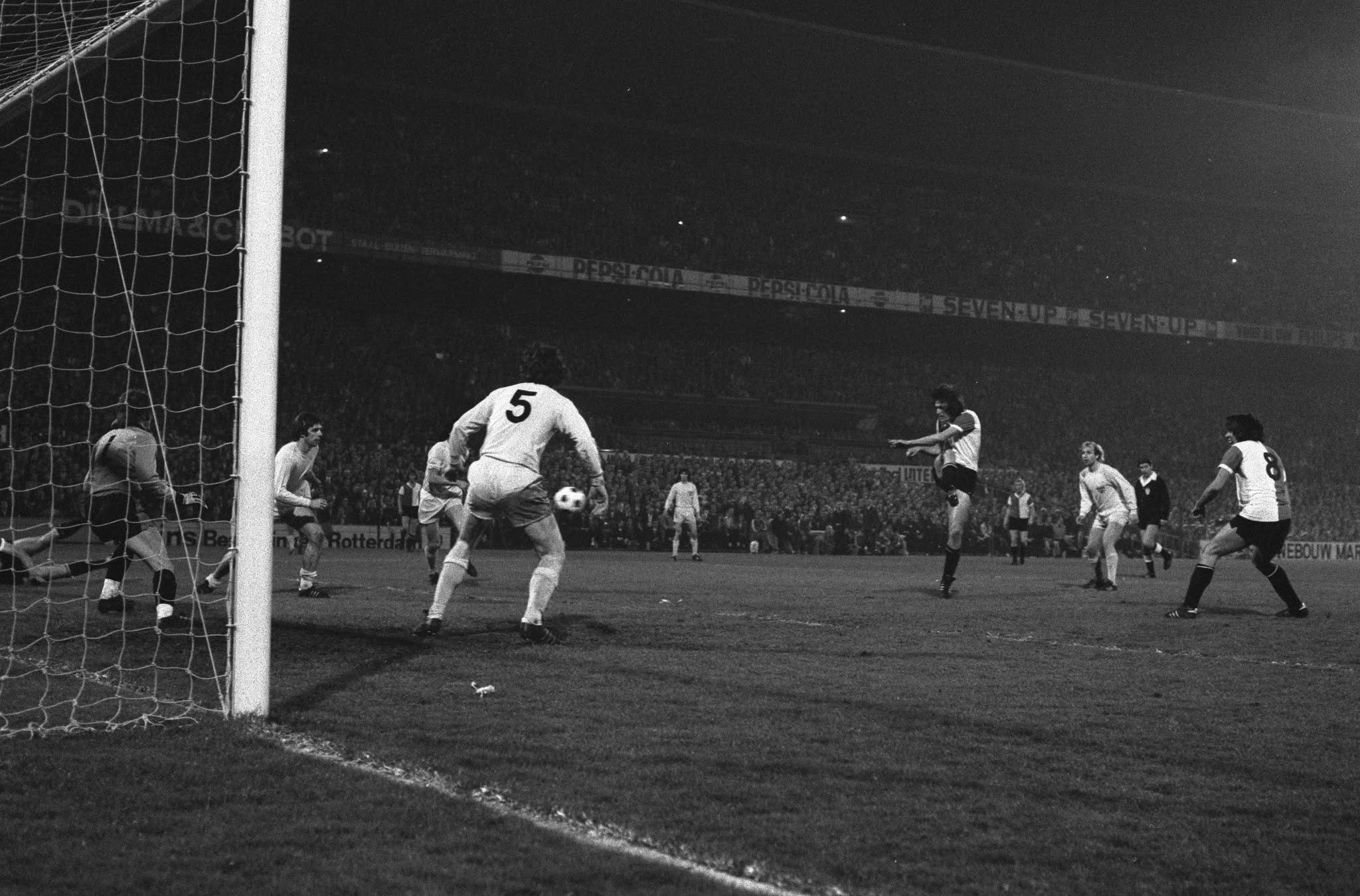 Feyenoord - Stuttgart: Lex Schoenmaker scoort de tweede goal