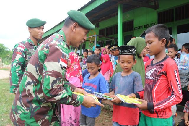 Keceriaan Siswa MI Al-Ma'arif Sota Dapat Bantuan Buku Tulis Dari TNI