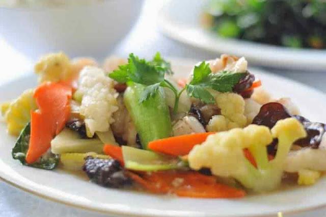 """Cara Membuat Cap cay     Capcay (pinyin: zasui) adalah dialek Hokkian yang berarti harfiah """"aneka ragam sayur"""". Capcay adalah nama hidangan khas Tionghoa yang populer yang khas karena dimasak dari banyak macam sayuran. Jumlah sayuran tidak tentu, namun banyak yang salah kaprah mengira bahwa capcai harus mengandung 10 macam sayuran karena secara harfiah adalah berarti """"sepuluh sayur"""". Cap di dalam dialek Hokkian juga berarti sepuluh dan Cay artinya sayur.    Pengertian lainnya mengenai capcay adalah masakan sederhana yang terdiri dari aneka sayuran dipotong kecil-kecil dan kadangkala dimasak dengan baso ikan, baso sapi, udang, dan daging ayam. Di Amerika """"cap-cay"""" cah disebut """"chop-suey"""" dan konon diakui sebagai bagian ciptaan kuliner para imigran Cina di Amerika, dan merupakan salah satu ciptaan masakan Chinese-American. Anda, mungkin penasaran, bagaimana mungkin """"cap-cay"""" cah berkelana begitu jauh dari Amerika hingga Indonesia.    Capcay goreng terhidang sebagai salah satu menu. versi yag lebih kuno menyebutkan bahwa makanan ini berasal dari dinasti qing. dimana jerohan dimasak bersama sayur-sayuran untuk membuat nya tampil tampil lebih elok dan lebi sehat.  Capcay ini biasanya dijual di restaurant , atau bisa dihidangkan di acara nikahan , atau kalau ada acara resmi di gedung , dan terkenal dengan masakan nya yang mewah.      Bahan dan Bumbu  Yang Diperlukan Untuk Membuat Cap cay     Bahan :     1 dada ayam dipotong kotak-kotak kecil 200 gr udang dikupas kulitnya 5 helai daun kol 5 bakso dipotong kecil atau dibelah dua 10 helai sawi caisim dipotong-potong 3 batang daun prei dipotong-potong 3 buah tomat dibelah empat 1 buah bawang bombay dibelah empat 2 buah wortel dipotong serong dan tipis     Bumbu :      3 siung bawang putih 4 sendok makan saus tomat 4 sendok makan tepung maizena 1 sendok teh garam atau sesuai selera lada halus secukupnya Bumbu penyedap sesuai selera     Cara membuat Cap cay    Tumis bawang putih hingga menguning dan berbau harum.  Masukkan seka"""