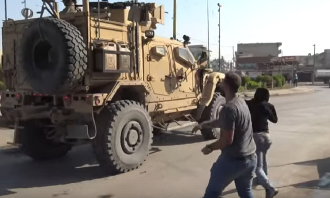 Πέταξαν πέτρες και... πατάτες στα αμερικανικά στρατεύματα στη βόρεια Συρία – Βίντεο