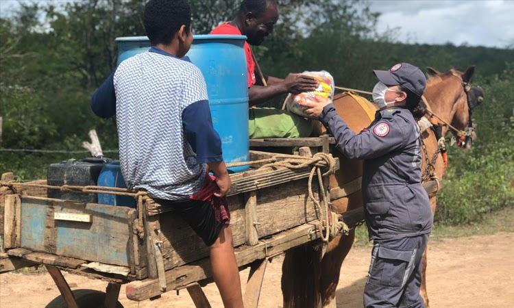 8º GBM distribui cestas básicas para famílias vulneráveis em Jequié