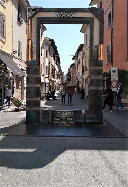 ingresso alle vie del centro storico di pietrasanta