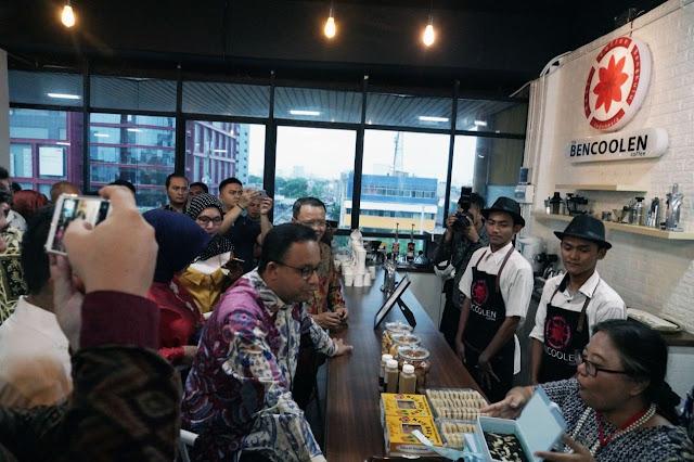 gubernur dki jakarta anies baswedan mencicipi bencoolen cofee