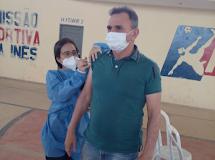 Dona Inês, Prefeito Antonio Justino é vacinado contra a COVID-19