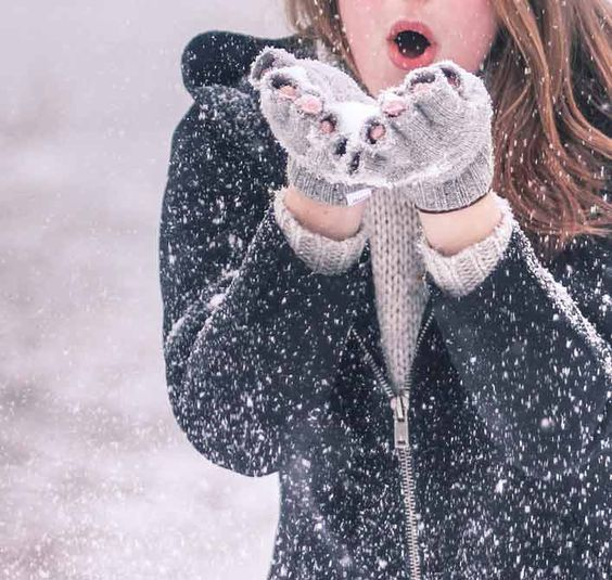 girl snow in hand