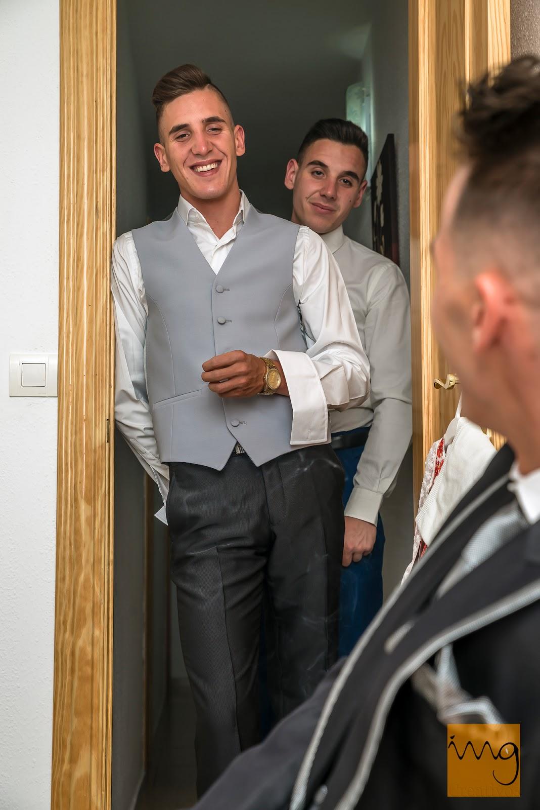 Fotografía de los hermanos del novio el día de su boda