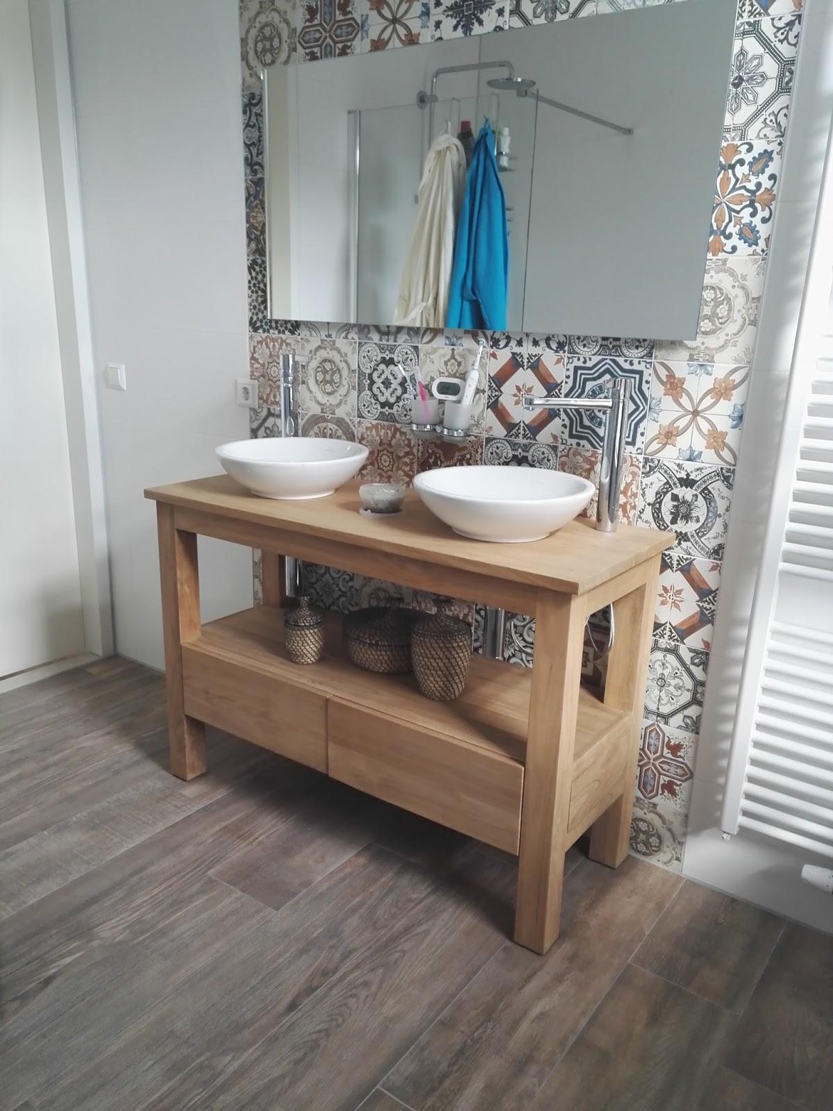 Badezimmermöbel aus Teakholz und Waschbecken aus Naturstein ...