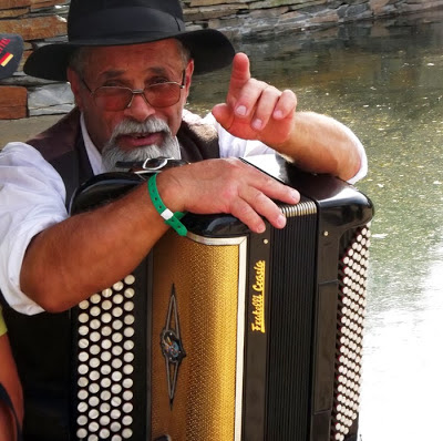 Homem com concertina