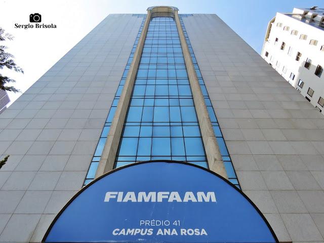Perspectiva inferior da fachada do edifício da Universidade FIAM-FAAM Campus Ana Rosa - Vila Mariana - São Paulo