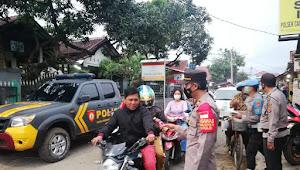 Jelang Buka Puasa, Polsek Cangkuang Polresta Bandung Operasi Yustisi Sekaligus Bagikan Ta'jil