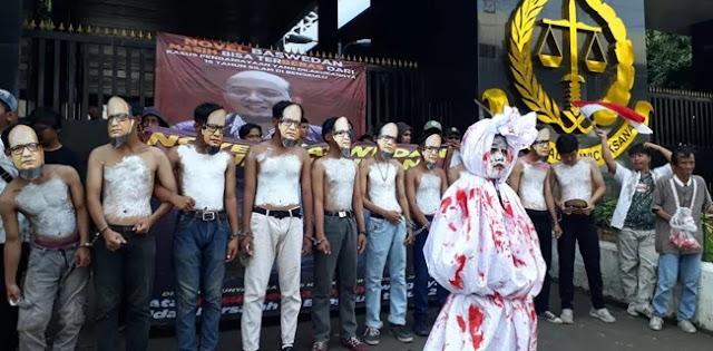 Teatrikal Pocong Berlumuran Darah Warnai Aksi Untuk Novel Baswedan