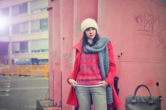 ŠŤASTIE PRAJE PRIPRAVENÝM S PRÍLEŽITOSŤAMI_Katharine-fashion is beautiful_Motivácia_Sivé zvonové džínsy_Červený kabát_Katarína Jakubčová_Fashion blogger