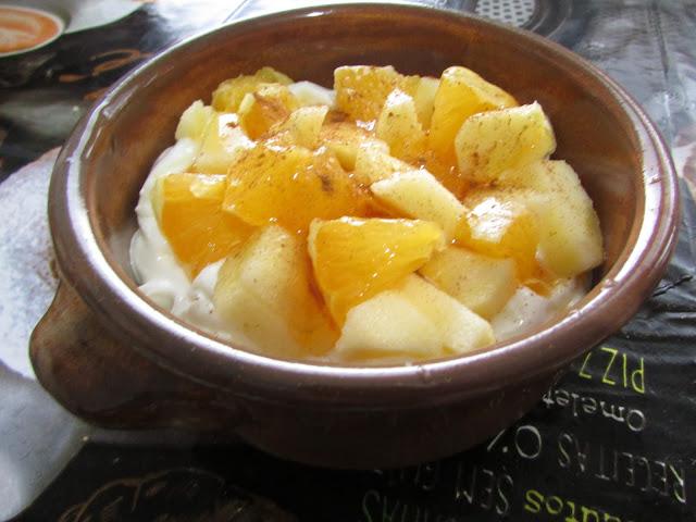 jogurt z miodem i owocami