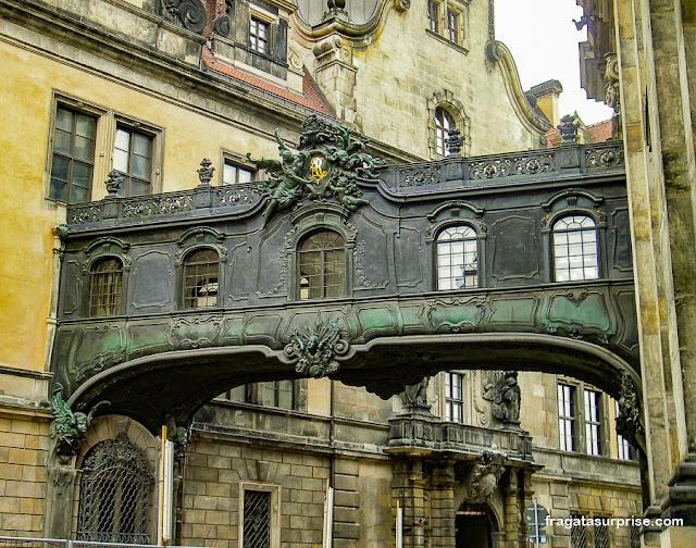 Passagem coberta ligando a Hofkirche ao Castelo de Dresden