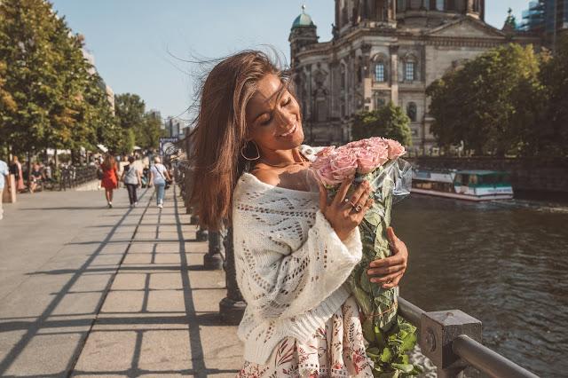 Dziewczęca stylizacja w Berlińskich uliczkach / Biżuteria TOUS - Czytaj więcej