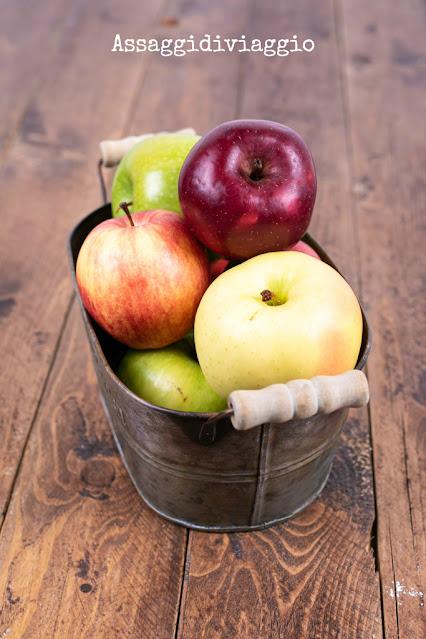 Cestino di mele per la torta rustica con mele e patate