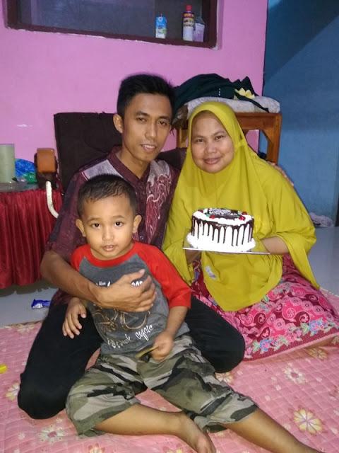 Foto keluarga kecil di hari ulang tahun yang ke 34 mahgfirah