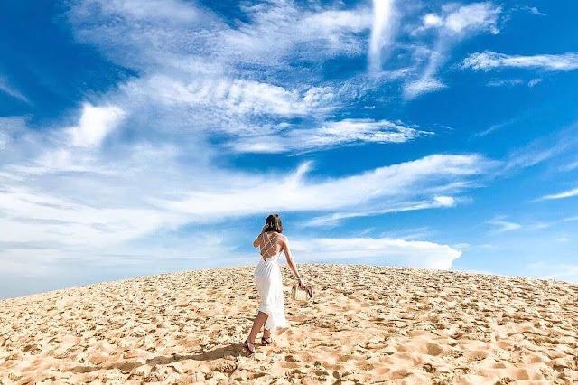 Trước đây khi đến Quảng Bình, người ta hay đến vườn quốc gia Phong Nha – Kẻ Bàng nhưng hiện nay cồn cát Quang Phú nổi lên như một điểm đến mới hấp dẫn. Cồn cát Quang Phú là cồn cát còn hoang sơ nhất nhì Quảng Bình, từ trên cao nhìn xuống, cồn cát như một bức tranh nhiều màu sắc với gam màu của cát là chủ đạo. Cồn cát Quang Phú thu hút bởi những điều bình dị, chân phương nhưng lại có mị lực to lớn kì lạ cuốn hút người ta đến với cồn cát đẹp mê hồn mà thiên nhiên ban tặng.