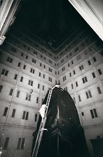 Восходящая лестница Lette Eisenhauer в «The Courtyard», Аллан Капроу, Нью-Йорк. Лоуренс Н. Шустак