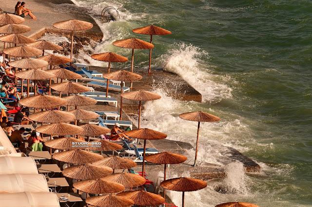 Σφοδροί άνεμοι στο Ναύπλιο - Δύσκολο το μπάνιο στις παραλίες