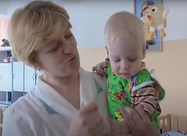 Семья усыновила малыша без руки и ножек, а сегодня он уже сам ходит в школу