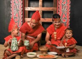 keluarga dengan pakaian lengkap ulos Batak