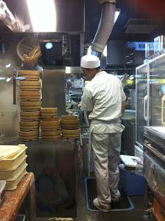 gli udon vengono preparati nella cucina del ristorante