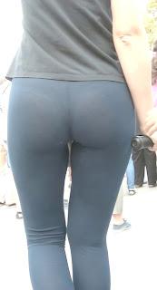 Morena bonitas nalgas marcando tanga calzas transparentes