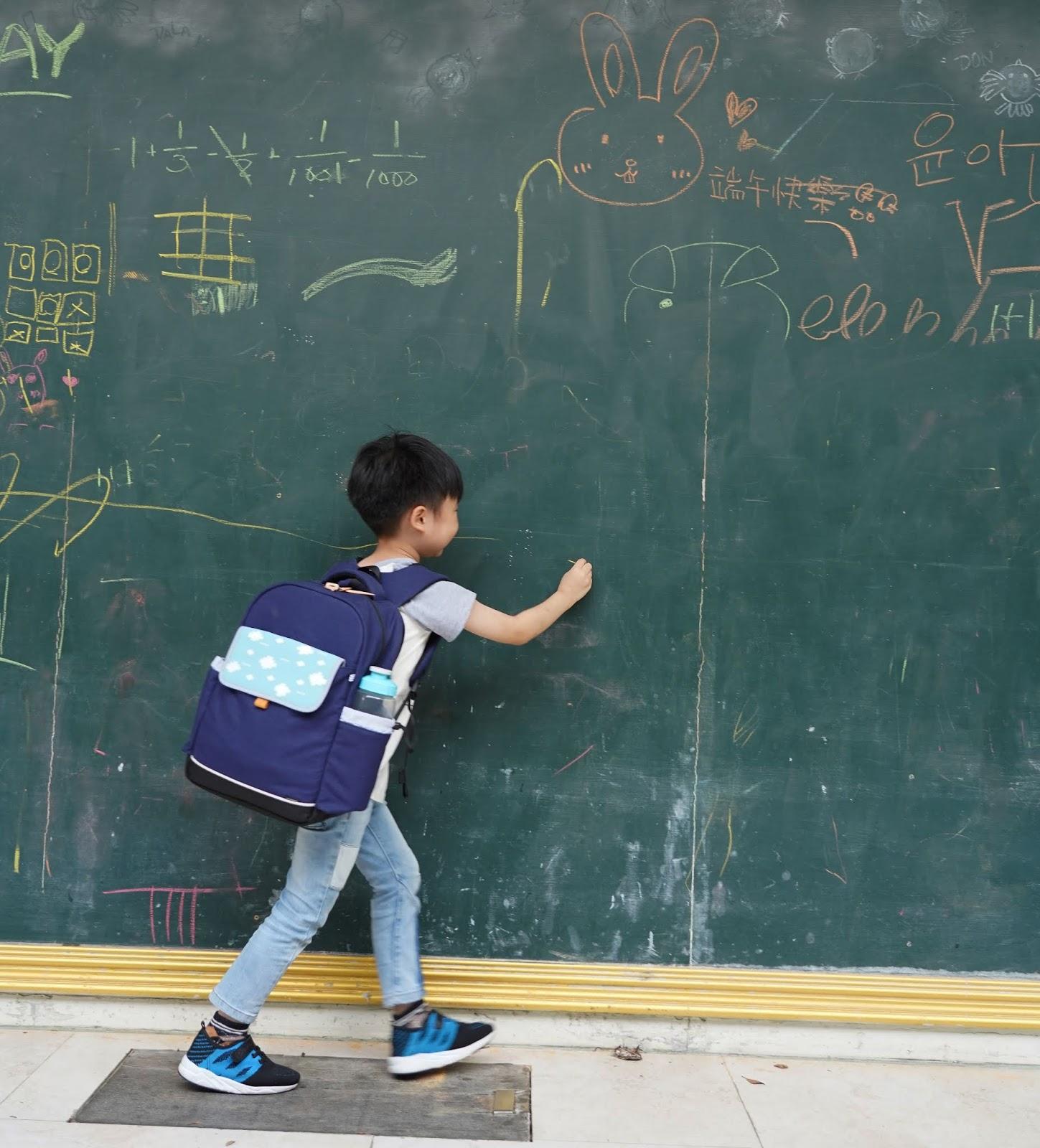36.NIIZO_dj%25E7%2590%25A6%25E7%2590%25A6_wwwhostkikicom_%25E8%25BC%2595%25E9%25AC%2586%25E8%2583%258C.JPG-家有小學生,給孩子成長的禮物與祝福-護脊輕量書包