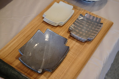 生坂村の陶芸家・なかがわひとみさんの展示「蔵みーる」プラスの形の皿
