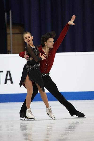 Reviya segura Kazakova durante apresentação