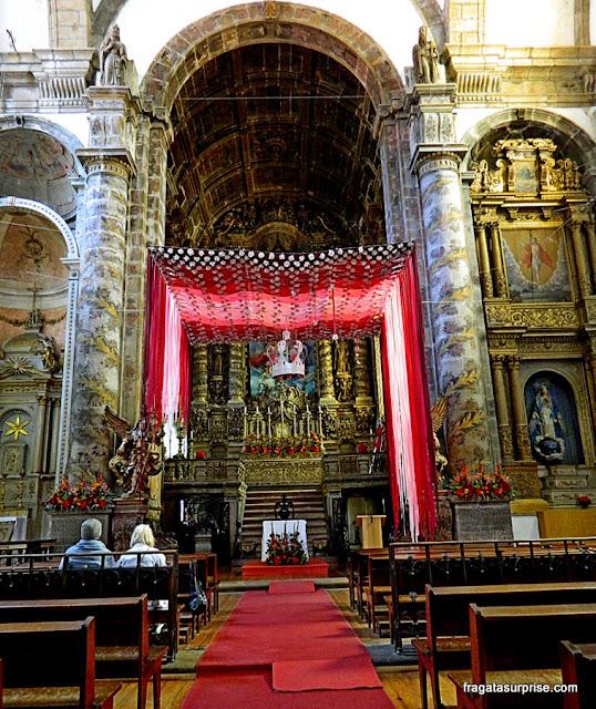 Altar da Igreja de São Gonçalo ornamentado para a festa do padroeiro de Amarante