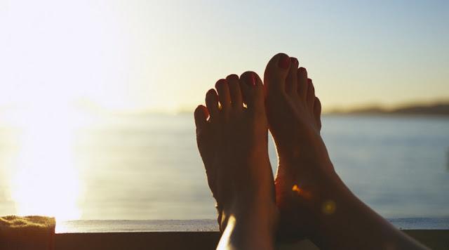 stopy, morze, zachód słońca