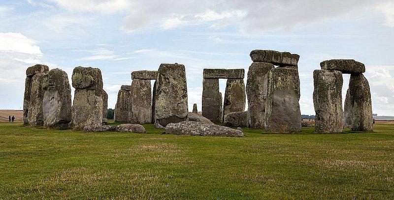 Los monumentos megalíticos de tamaño descomunal constituyen otro factor que los partidarios de la teoría de las tres razas proponen como argumento válido de la existencia de gigantes. En la imagen, Stonehenge, Condado de Wiltshire, Inglaterra.
