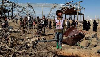 Seorang anak Yaman melihat rumahnya yang hancur