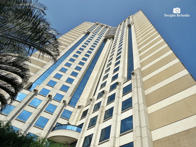 Perspectiva inferior da fachada do Hotel Blue Tree Premium Morumbi - Vila Gertrudes - São Paulo