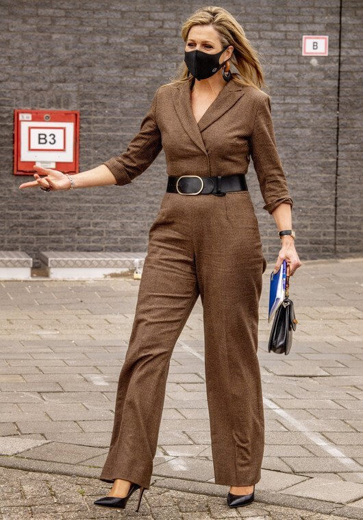 Queen Maxima wore jumpsuit from Natan, black earrings and flower ring by Fraleoni. Vintage bamboo bag from Susan Gail