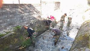 Bersihkan Sungai Cibodas, Satgas Sektor 22 Sub 10 Temukan Peradaban Baru