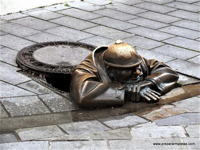 buscar las estatuas de bronce en Bratislava