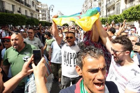 10 سنوات سجنا تنتظر جزائريا رفع راية أمازيغية