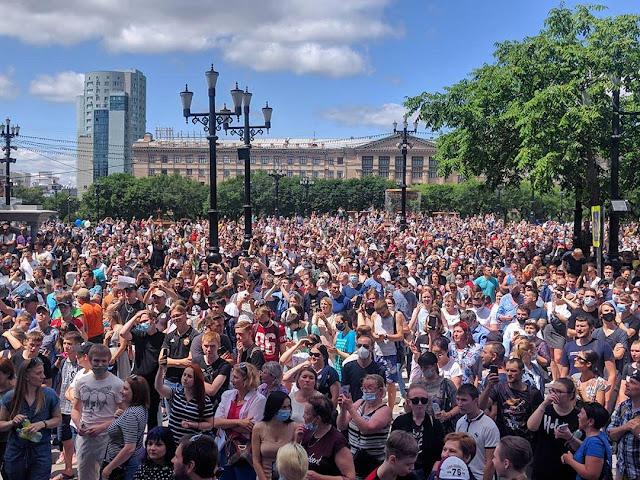 В Хабаровске около 60 тысяч человек требовали освободить Губернатора Хабаровского края Сергея Фургала.