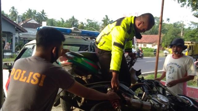 Dua Pengendara Sepeda Motor Tabrakan Beruntun Di Jalan Raya Cibenda