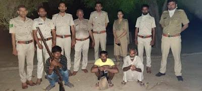 नीलगाय शिकार मामले में वन विभाग की टीम ने कार्यवाही करते हुए  शिकारियों को पकड़ा बंदूक कुल्हाड़ी बरामद.