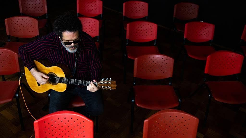 Agora É Minha Voz, com o prolífico cantor e compositor Romulo Fróes. O artista sempre fez de suas canções crônicas urbanas e modernas. Agora, elas fazem de palco a cidade que as inspirou: São Paulo...