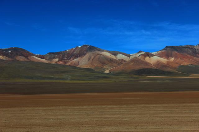 El Desierto de Siloli, uno de los más secos del mundo, disfraza su aridez con la belleza multicolor de la cordillera de los Andes