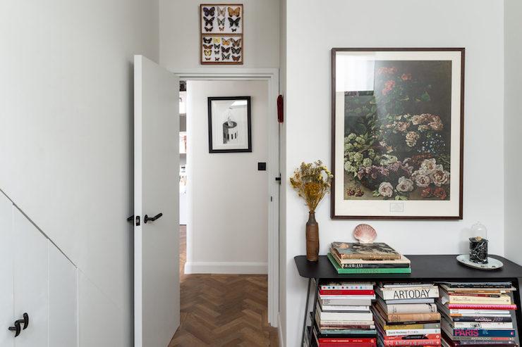 Dormitorio de estilo vintage en un sótano