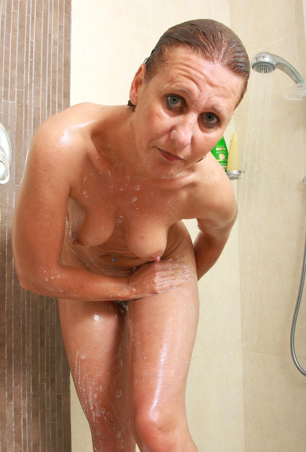 старая баба купается в ванной