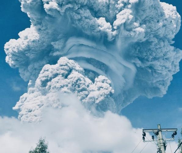 Gunung Sinabung Kembali Erupsi Dengan Jarak Luncur Abu Vulkanik Mencapai 2000 Meter