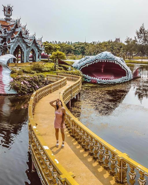 Ngôi đền ấn tượng tọa lạc trong công viên Ancient City cách thủ đô Bangkok khoảng 30 km. Nơi này sở hữu hơn 100 công trình đẹp mắt, mô phỏng những điểm đến nổi tiếng ở xứ chùa Vàng. Công viên cũng được mệnh danh là Thái Lan thu nhỏ. Với diện tích khá rộng lớn, du khách nên chọn thuê xe đạp hoặc xe điện khám phá kiến trúc, văn hóa của đất nước và con người Thái Lan.